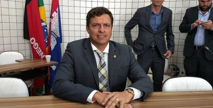 Vitor Hugo é eleito prefeito de Cabedelo com 73,07% dos votos
