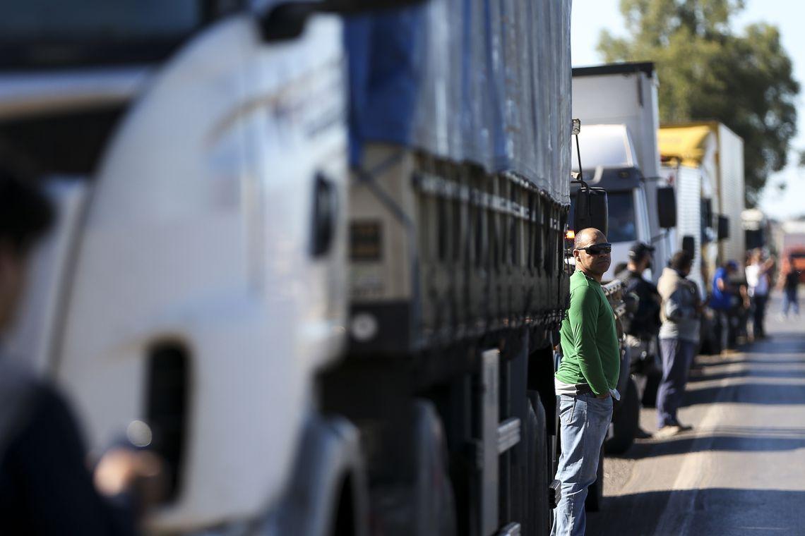 Caminhoneiros fecham acordo e recuam de greve na próxima semana