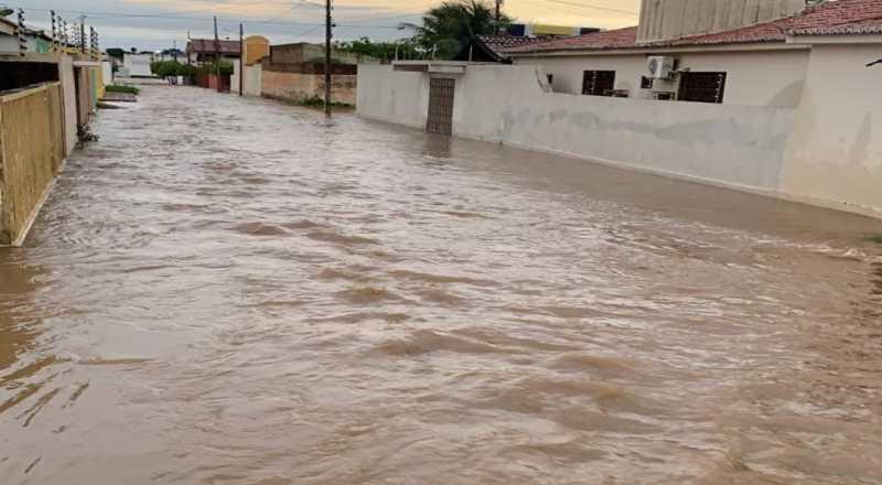 Chuvas inundam ruas e invadem casas em Sousa