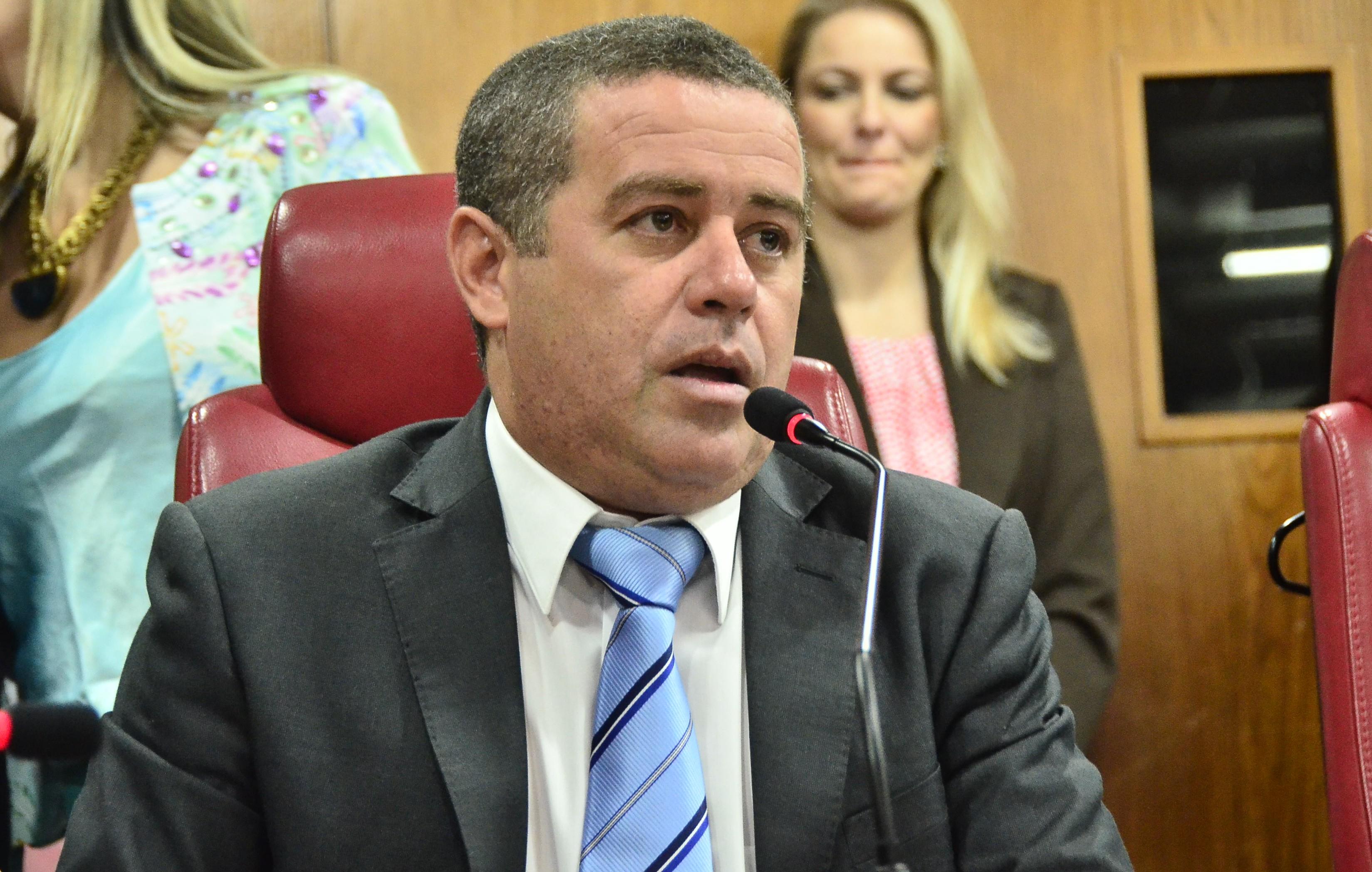 Armação? João Almeida coloca em xeque atentado contra Nilvan e alerta eleitores sobre possível armação