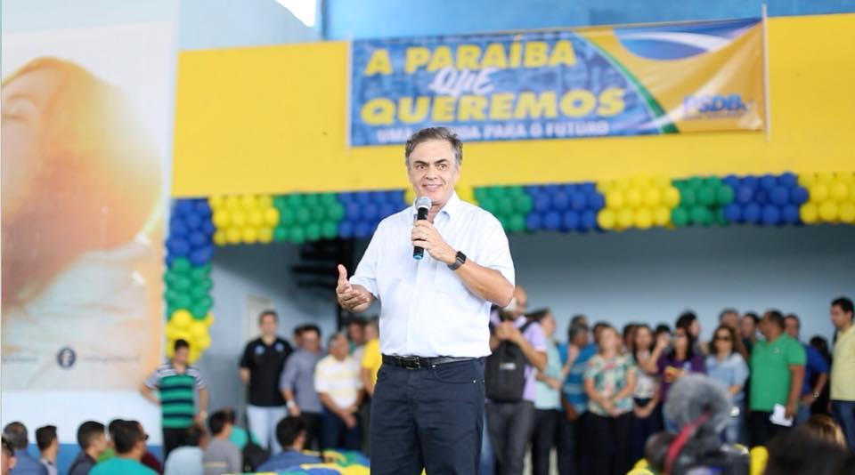 O ex-senador Cássio Cunha Lima está sentado lado a lado do Presidente Bolsonaro. Quando tem seu nome citado pelos oradores, os mais de dez mil presentes vão à loucura. E o Presidente Bolsonaro acompanha todos os aplausos.