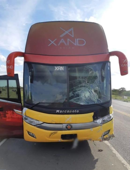 Acidente com ônibus de Xand Avião deixa dois mortos na PB