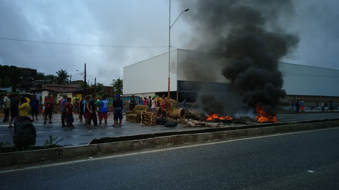 Moradores de Oitizeiro interditam trecho da BR-230 em João Pessoa