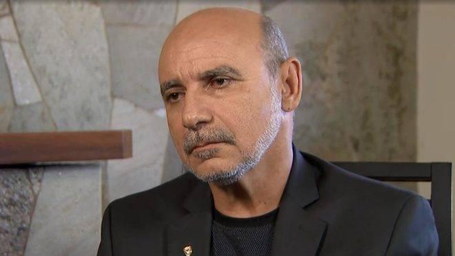 Queiroz deixa a prisão usando tornozeleira eletrônica