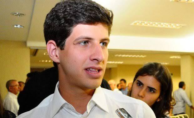 Quem roubou a cena em Monteiro foi o deputado Federal, filho do inesquecível Eduardo Campos, João Campos. Ele é o mais cotado para disputar o Governo do Estado em 2022