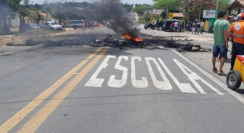 Moradores interditam BR-104 em protesto por fiscalização de velocidade