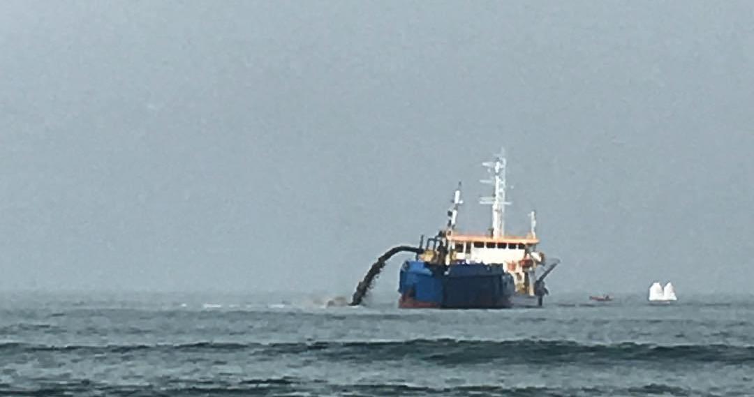 Vídeo mostra navio venezuelano jogando óleo no mar no Nordeste