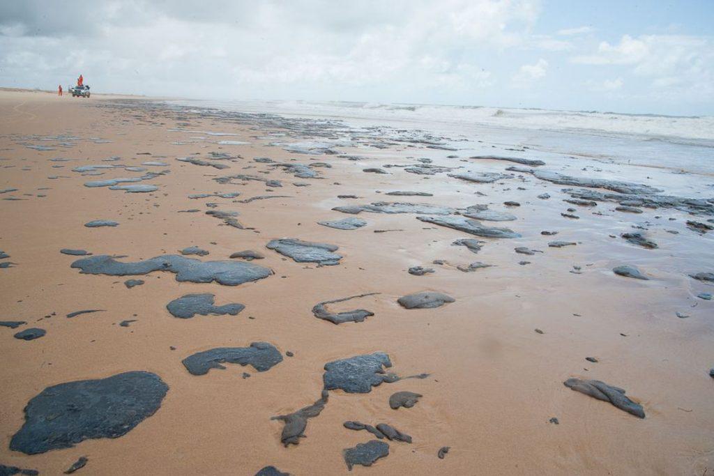 Por óleo em praias, MPF pede acionamento de Plano Nacional