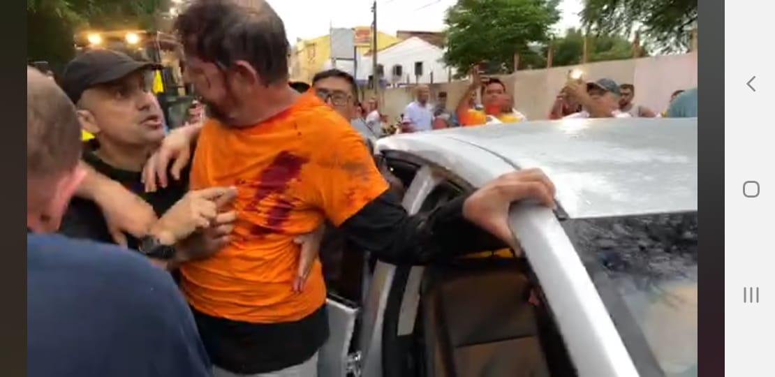 Cid Gomes enfrenta policiais em Sobral e é ferido durante protesto; veja vídeo