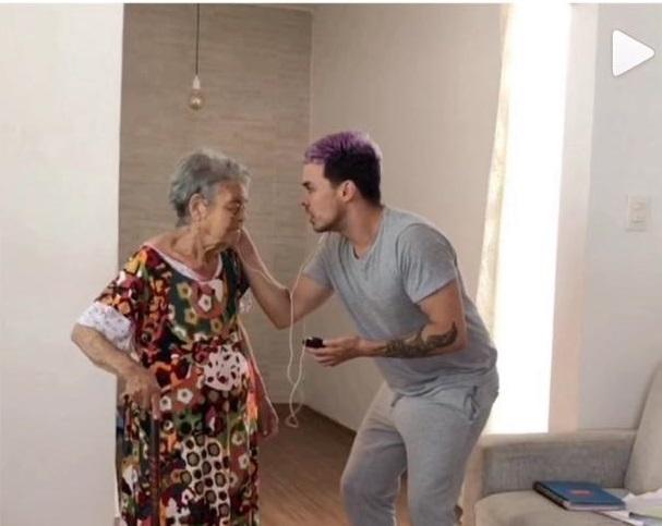 Ator Paulo Guerra conquista redes sociais ao lado da avó
