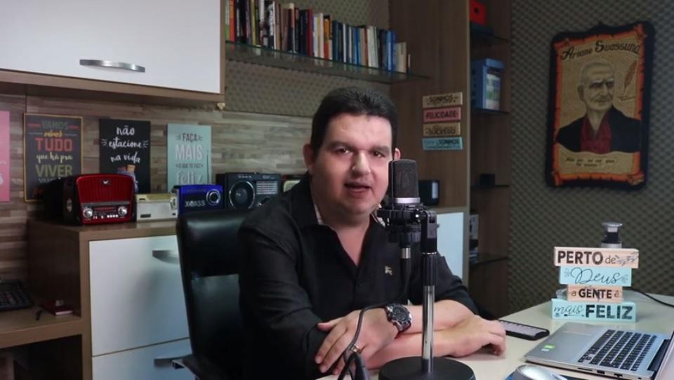 Agora em vídeo: Fabiano Gomes comenta de tudo um pouco no 'Fora do Ar'; assista