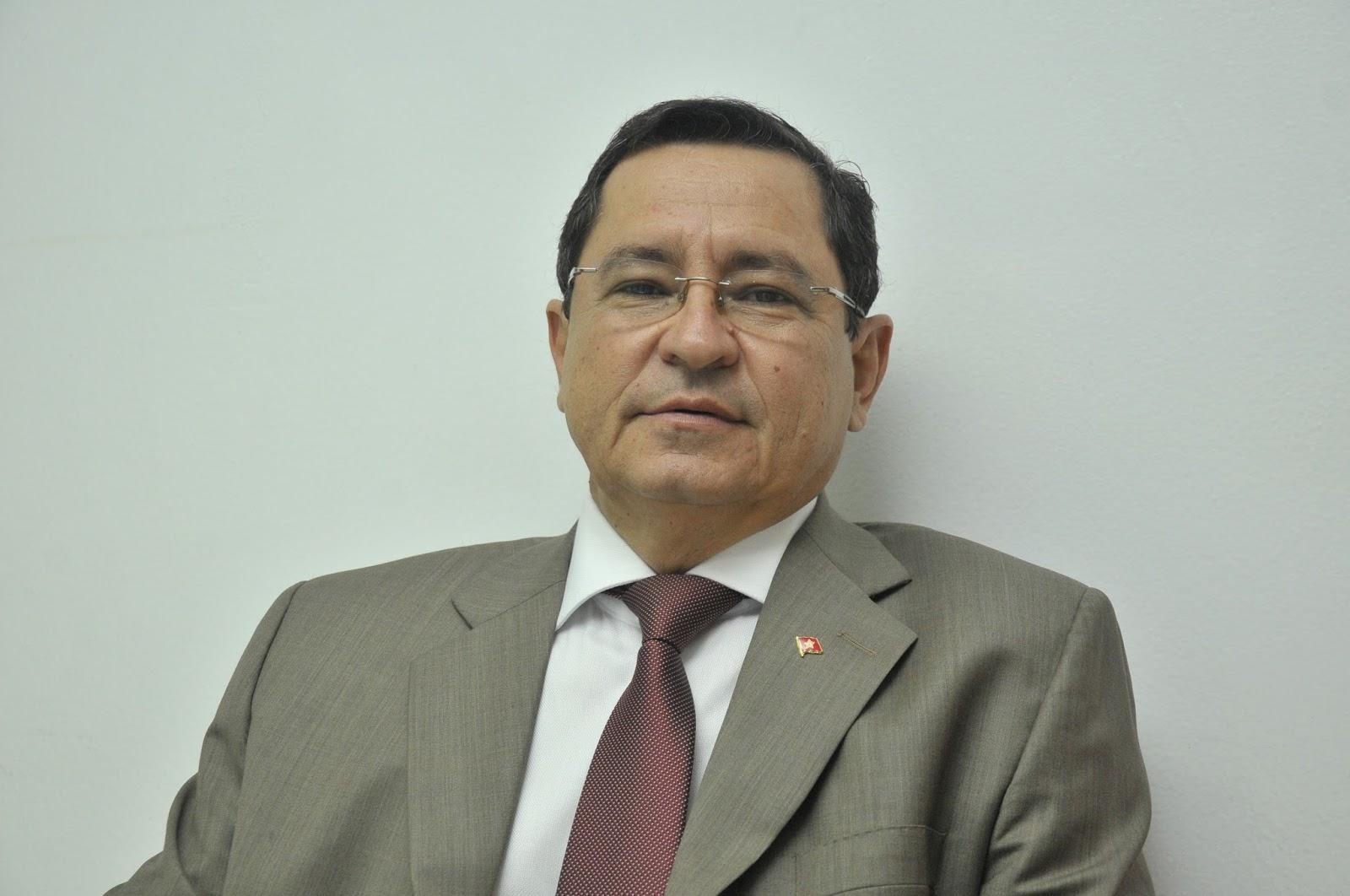 Anísio Maia resiste a pressão da nacional e registra candidatura no TRE