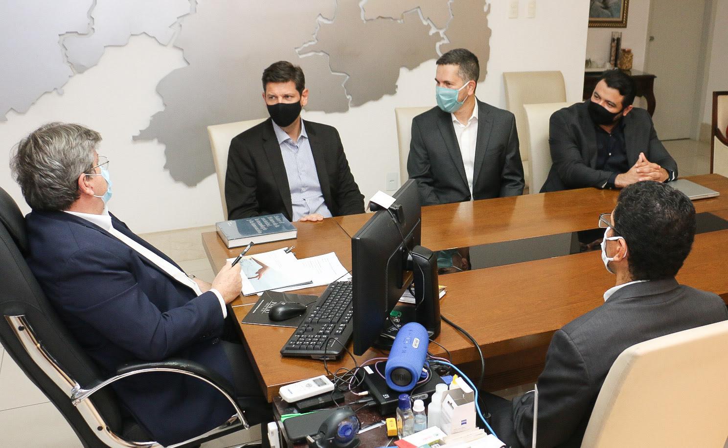 João Azevêdo discute investimentos em tecnologia com representantes da Indra