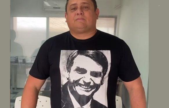 Apesar de levar fora de Bolsonaro, Wallber se expõe e vai ao debate com camiseta com foto do presidente