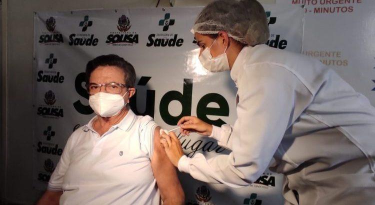 Médico é primeira pessoa a ser vacinada contra o novo Coronavírus em Sousa