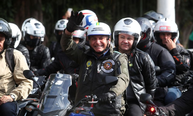 Bolsonaro recebe multa por não utilizar máscara em motociata com apoiadores