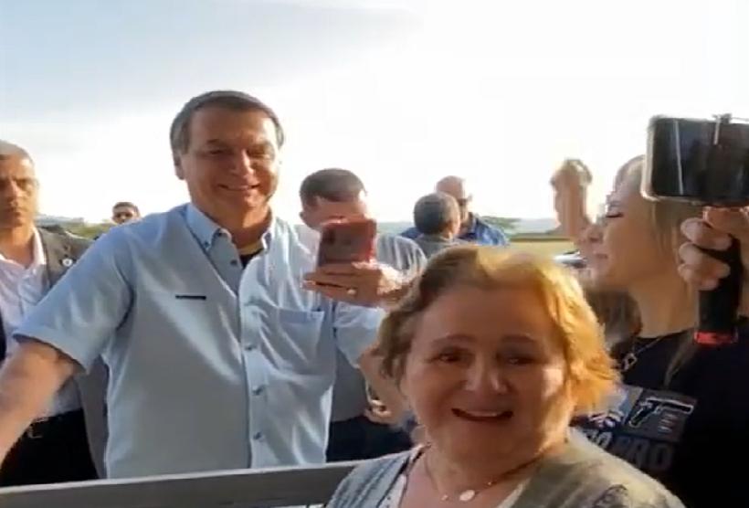 Eleitora paraibana pede apoio a Romero Rodrigues ao encontrar Bolsonaro nas ruas de Brasília